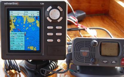 Furunos VHF RO 4800 är också en AIS-mottagare. AIS-informationen på navigatorn kommer från VHF-radion. Geonav har en liknande VHF som också tar emot AIS-information.