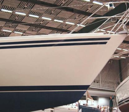 Fallande stäv ger lyftkraft i vågor och underlättar ombordstigning. Inuti båten tappar man utrymme i förpiken.