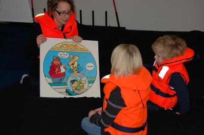 Sjövettsskolan är ett populärt inslag på mässan. Ebba Fredriksen berättar här för barnen varför det är så viktigt med flytväst.
