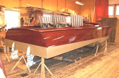 Över två tusen hästkrafter finns i denna nybyggda mahognybåt. 24 pipor från två Rolls Royce-motorer..Sverge hörs nog när hon kommer.