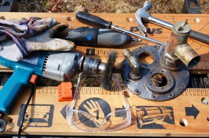 Hammare, skruvmejsel, kniv, borrmaskin, ståltrådsslip och Dremel är verktyg som är bra att ha för jobbet. Skyddsglasögon ska alltid bäras. Handskar skyddar händerna. Luckan är klart för målning. Ytan är skrovlig, men fri från rost.