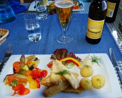 Restaurang Glada Laxen på norra Bärö (Kumlinges nordsida)är ett måste. Fin och skyddad hamn. Den smörsteka aborrfilén är gudomligt god. Ölen kommer från Stallhagen, Ålands eget bryggeri.