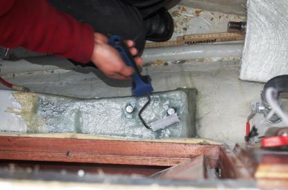 Med stålroller pressas luftbubblor ur plasten och mattorna trycks mot varandra. Tre lager glasfibermatta av tjock kvalitet lades på.