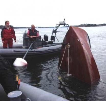 Botten ned. Här sticker bara stäven upp. Styrbords propeller svarvade ett hål i skrovet och sedan sjönk Sverige S1.
