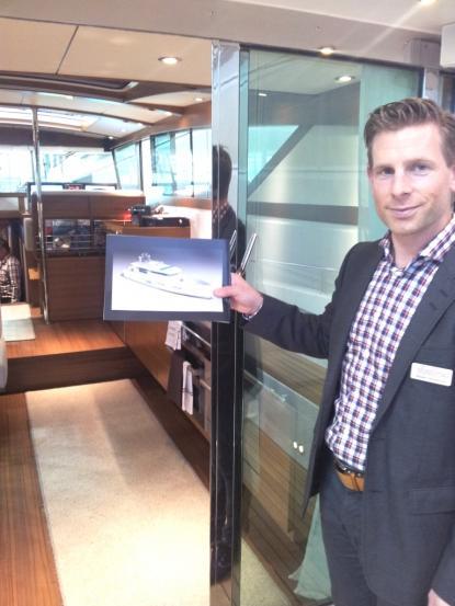 Niklas Danielsson håller broschyrbilden på Delta 80 som är under byggnad. Delta 80 ska vara klar till sommaren och kommer att gå i Medelhavet. En gissning är att ägaren är svensk.