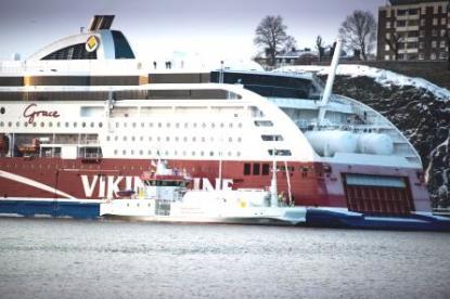 Viking lines Viking Grace är världens första kryssningsfartyg som går på naturgas LNG i storskalig drift. Bredvid ligger Seagas som inom kort kommer att kunna tanka över flytande gas till Viking Grace