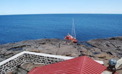 Utsikt från fyren och norrut. Vi förtöjde långsides utmed turbåten.