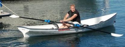 Wim Hotzé är ute på en demotur inom hamnområdet i Ellös med sin eXplorer 4,6 ROW.