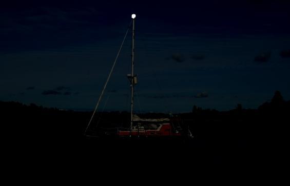 Ljus i masttoppen är bättre än inget ljus alls. Ännu bättre är om det finns ljus i sittbrunnen eller tänd ruffbelysning. Då syns båten bättre.