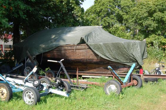 Många träbåtar har försvunnit i förruttningsprocessen eller i någon majbrasa. Plastbåtarmåste återvinnas på ett miljövänligt sätt.