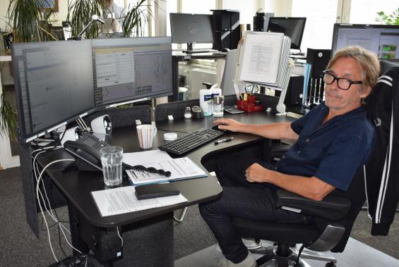 Björn Fröberg är operatör för både flyg- och kustradion vid Stoair AB i Nacka Strand, Stockholm.