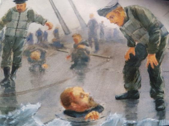 En förtvivlad sjöman sticker upp huvudet ur en fönsterventil på det kantrade krigsfartyget. Han är för stor för att kunna räddas ur fönsterhålet.