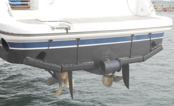 Här har fyra Interceptorer monterats. Bladen skär rakt ned, högst 3 centimeter. Med automatiken går båten i optimalt gångläge i farter från cirka 15 knop och uppåt. I mitten syns en akterpropeller för sidförflyttning vid hamnmanöver.