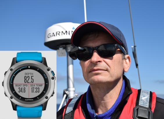 Displayen Nautix är monterad på glasögonbågens skalm. På armen har rorsman klockan Quatix 3.
