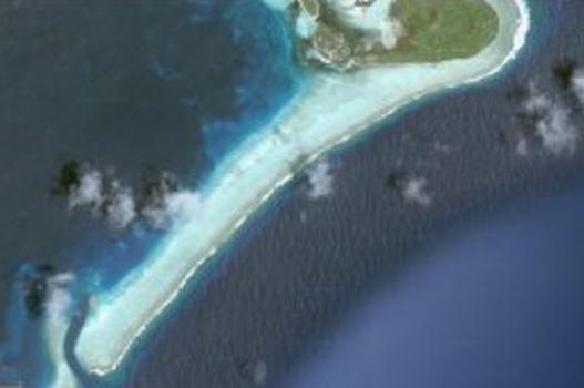 En atoll i Söderhavet i ökad förstoring genom Google Earth. Man kan se öppningen i atollen i mitten på ostsidan och också se att djupet förmodligen är tillräckligt, men att det ser lite besvärligt innan man kommer ut i lagunen.