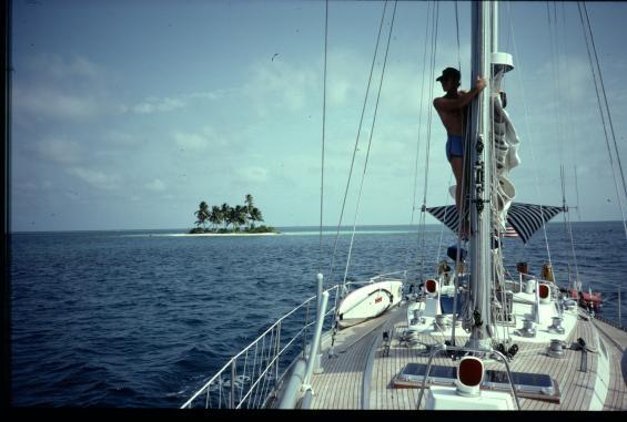 """Att stå högt med solen högt eller i ryggen underlättar """"eye-ball navigation"""". Här är vi på väg till ny ankarplats med Swan 57:an Ioarana innanför Belize barriärrev när vi var där vintern 1985. Innanför barriärrevet var det grunt med sandbotten blandat med korallhuvuden som många inte var utmärkta i sjökortet."""