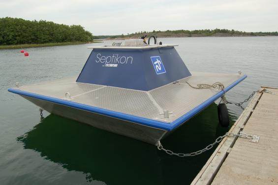 Vi undrar hur konstruktören tänkte här. Båtar med låga fribord hamnar under kanten på tömningsstationen.