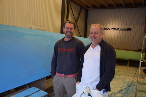 Niklas Oldmark till vänster och Per Olof Sjöström framför pluggen till nya Hwila 25. I bakgrunden skymtar prototypen Hwila 24.