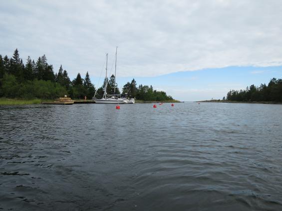 Vid Hällöarna ligger nya naturhamnen med bryggor och bojar.