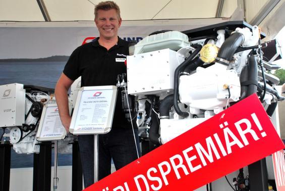 """Svante Fogelhamre, säljare på Diesel Power, berättar att konsumentpriset börjar på 198 900 kronor för nya Hyundai SeasAll S270. Då är motorn """"körklar"""" och anpassad för befintligt bravodrev."""