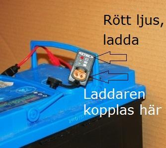 Indikatorn lyser rött. Spänningen är under 12,4 volt. Det är hög tid att ladda så att batteriets livslängd inte förkortas. Bilden visar indikator för panelmontag.