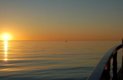 När kvällen är varm och ser ut så här, då är det lätt att nonchalera allt vad gott sjömanskap innebär.