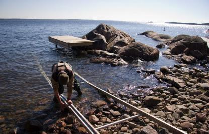 Underlaget bör inte vara alltför ojämt. Rälsen behöver ett stödvarje meter eller tätare beroende på båtens vikt.