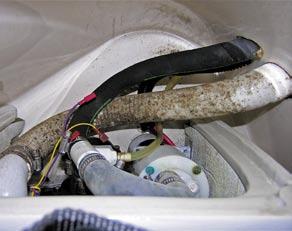 Septiktankens slangar var felaktigt skarvade och skapade en otrevlig odör.