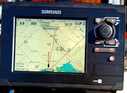 Trianglarna är andra fartyg som syns på bildskärmen tack vare AIS. Vår egen kurs över grund är den korta pilen. Den längre, framför vår egen position, är bäringen (vägen) mot vårt slutmål på andra sidan Ålandshav.