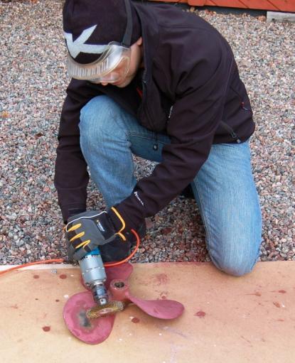 Svärsonen inleddesav undertecknad i tronatt kopparbaserad bottenfärg är skadligt för bronspropellern och fick här göra det otacksamma slipjobbet. Viss förvirring förefaller råda om kopparbaserad färg är skadligt eller inte. Ingen \