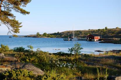 Signilskär ligger väster om Käringsund och är en före detta hamn för finska Kustbevakningen. Idag är det fritt att förtöja i den skyddade hamnen.