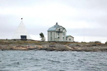 Kobba Klintar är Mariehamns kända angöringsmärke. Det gamla lotshuset, till höger, är ombyggt till ett café som har öppet sommartid. Det nya karakteristiska lotshuset byggdes 1910. Båken till vänster är byggd 2012.