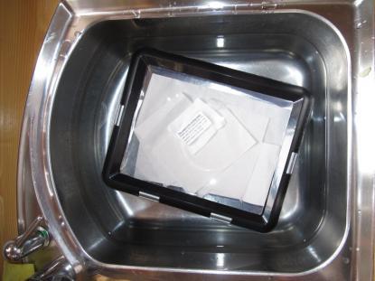 iPadfodralet nedsänkt i vatten under 24 timmar med inlagd fukttestare.