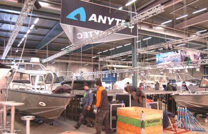 Anytech visar 7 båtar på mässan, samtliga med aktersnurra. Anytechs avdelning som tillverkar de större båtarna med inombordsmotor gick i konkurs för en tid sedan. Enligt uppgift från en av de anställda på varvet är inga privatpersoner drabbade av konkursen.