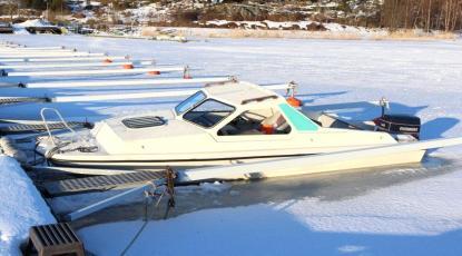 När vårsolen tinar is och snö vid den här båten är det troligt att den sjunker.