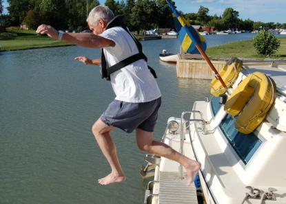 Om du faller överbord utan flytväst, skrik inte. Spar luften i lungorna. Luften hjälper dig att flyta upp. Annars måste du simma uppåt vilket inte alltid är så lätt att veta åt vilket håll det är.