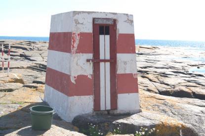 Denna kummelliknande byggnad innehåller ett dass med vattenspolning. Landhöjningen har dock gjort att spolning numera bara sker vid sydliga stormar.