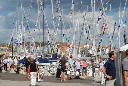 Fullt av båtar och många besökare i sensommarvärmen.