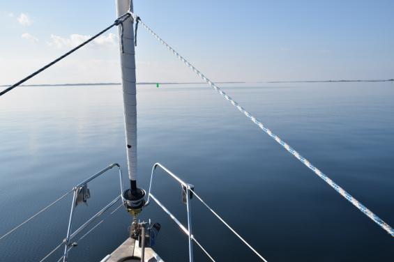 Navigator och autopilot som arbetar tillsammans kan innebära kollisionsrisk med farledsbojar och andra sjömärken. Notera den gröna bojen framför stäven.