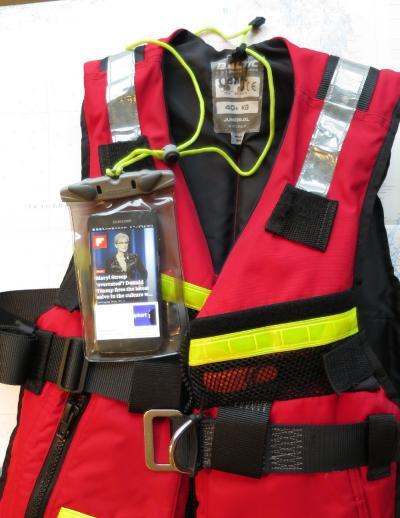 Den som håller sig nykter, bär flytväst och har mobilen i ett vattentätt fodral har goda förutsättningar för att inte drunkna enligt statistiken från Transportstyrelsen.