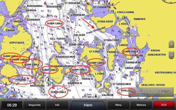 2019 års upplaga av Garmins Bluechart sjökort innehåller en mängd onödig information som tar utrymme på sjökortet och försvårar läsbarheten. Ordet SUBMARINE CABLE för kabel på botten svärtar ned sjökortet. Ordet behövs inte, kabeln finns redan utritad i sjökortet. Notera också fiske-information i blått som inte har svenska bokstäver.