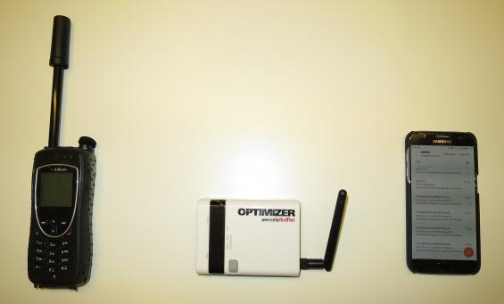 Från vänster: Bärbar satellittelefon, i mitten en så kallad Opitimizer och till höger en vanlig smartphone.