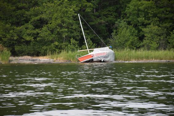 I Askrikefjärden låg denna Stortriss uppblåst på land med täckställning och presenning på. Båten torde nog anses vara övergiven och ett lätt fång för den som anmäler den till polisen.