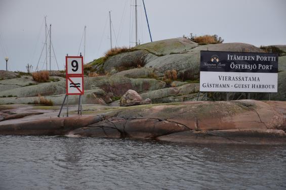 I Finlandanges farten i kilometer per timma. Väldigt konstigt eftersom farten i knop har ett samband med avstånden i sjökorten som mäts i sjömil. Har anlöper vi Hangö.