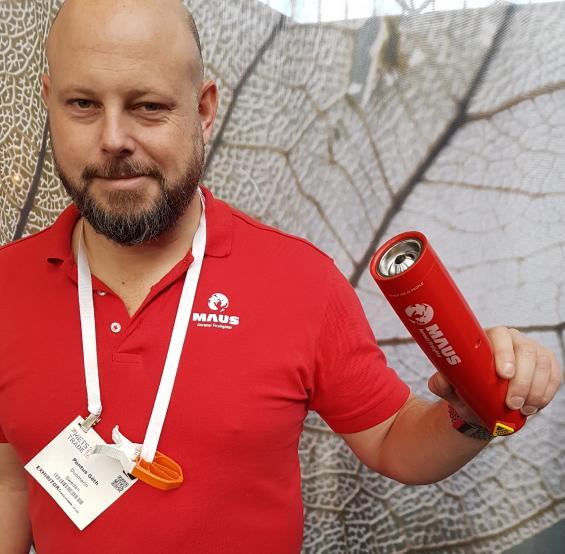 Pontus Göth håller Maus Xtin Klein röksläckare i sin hand. Den uppmärksamme ser säkert klädnypan Fixclip på magen. Pontus Göth säljer även den.