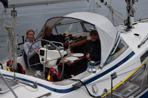 <span>I Rönnäng på Tjörn blev det besättningsbyte. Med ombord är nu från vänster Tiia Lepp, Helena Nilsson och<span>Kristina Ehala Anderson.</span></span>