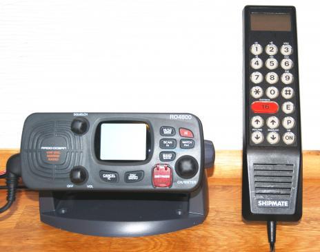 Furunos VHF, till vänster, har inbyggd AIS-mottagning och har DSC. Den till höger saknar DSC-funktion och får således användas av den som har ett gammalt VHF-certifikat D.