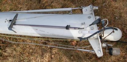 Vindgivaren är trasig, kablarna ser inte roliga ut. Kabeln till topplanternan är av. VHF-antennen är gammal, kabeln sliten och i kortaste laget. Efter 30 år är det dags att byta även den. Glödlampan kontrolleras. Gammal TV-antenn (vita burken) plockas bort. Alla stag och vantinfästningar kontrolleras noga.