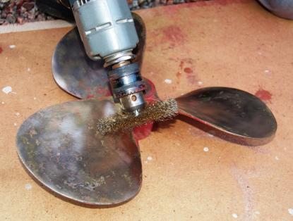 När ena sidan av propellern slipats med stålborsten var den slut. Genom att ändra rotationsriktning på borrmaskinen blev stålborsten som ny igen och räckte till andra sidan.