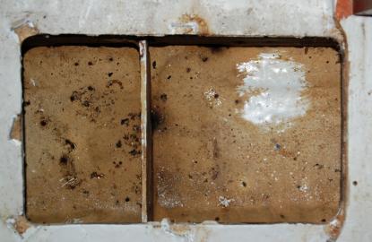 Lite gnugg med en tvättsvamp och det ser genast bättre ut. Bilden visar det ena av de två öppningarna i tanken.